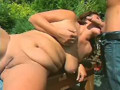 Chubby girl sucks cock in nature